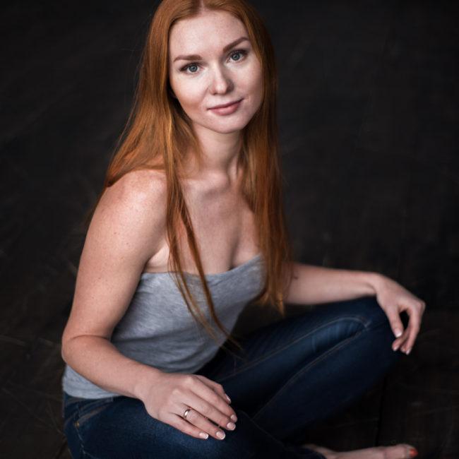 портрет рыжеволосой девушки в студии